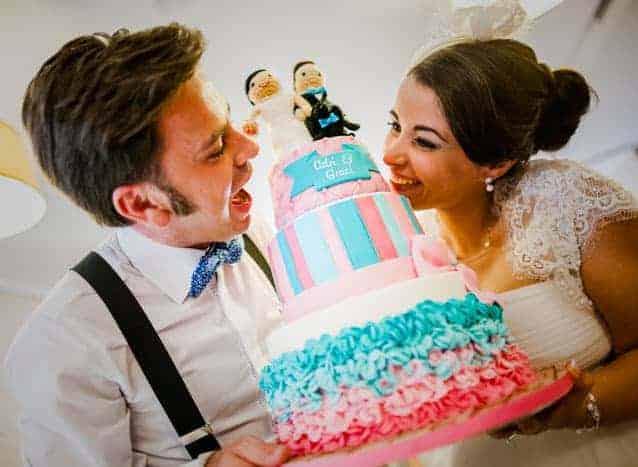 Tarta de boda con muñecos en rosa y azul