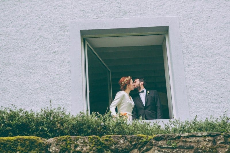 novios beso ventana