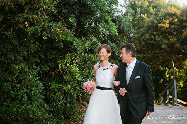 novia vestido blanco y negro boda con ramo rosa