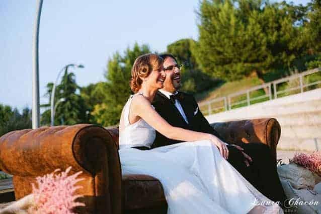 novios sofa vintage de cuero en boda barcelona