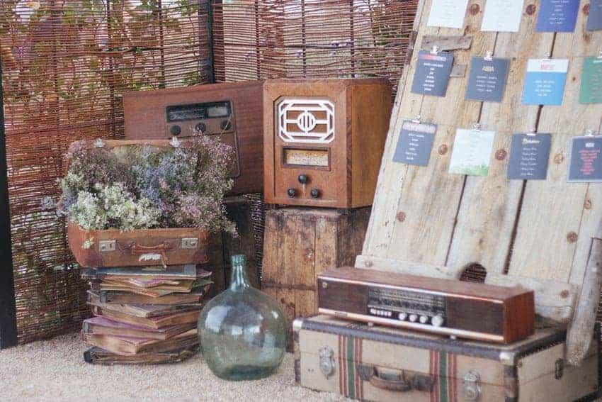 decoración con maletas y radios bodas