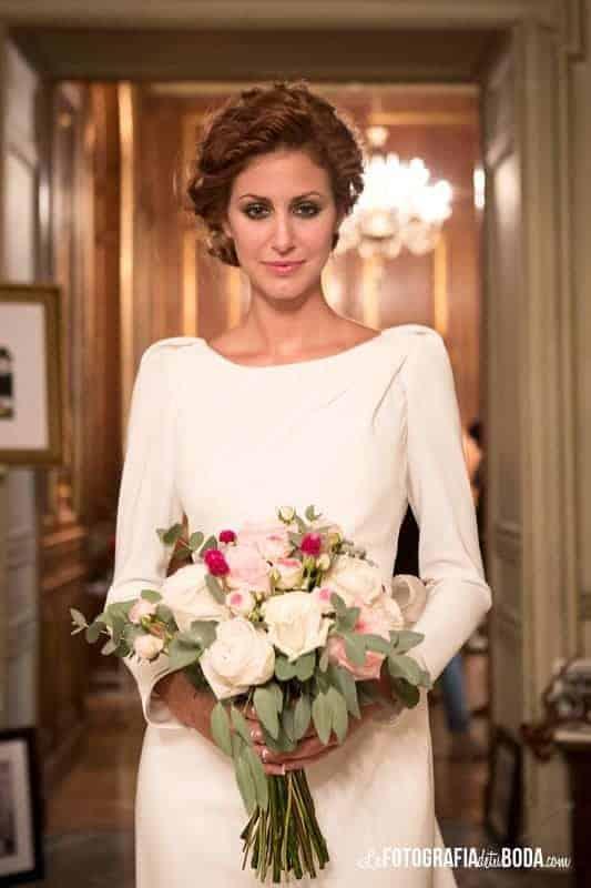 Feria-Love-and-Vintage-novia con ramo de rosas