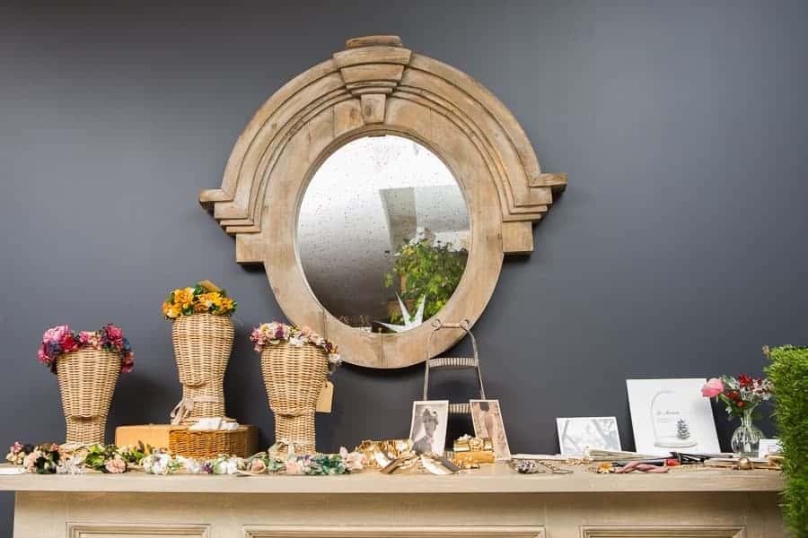 coronas de flores para invitadas y joyas de diseño