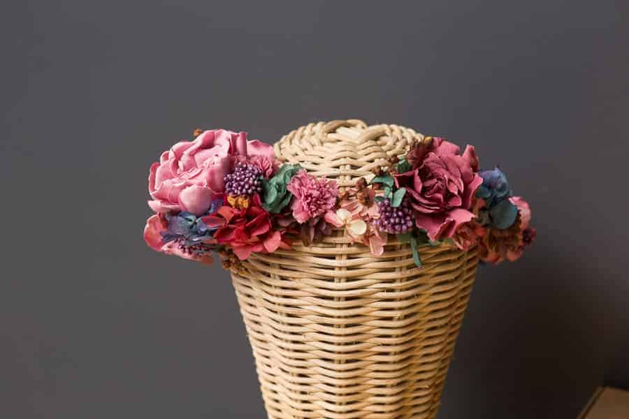 corona de flores invitada en tonos rosas