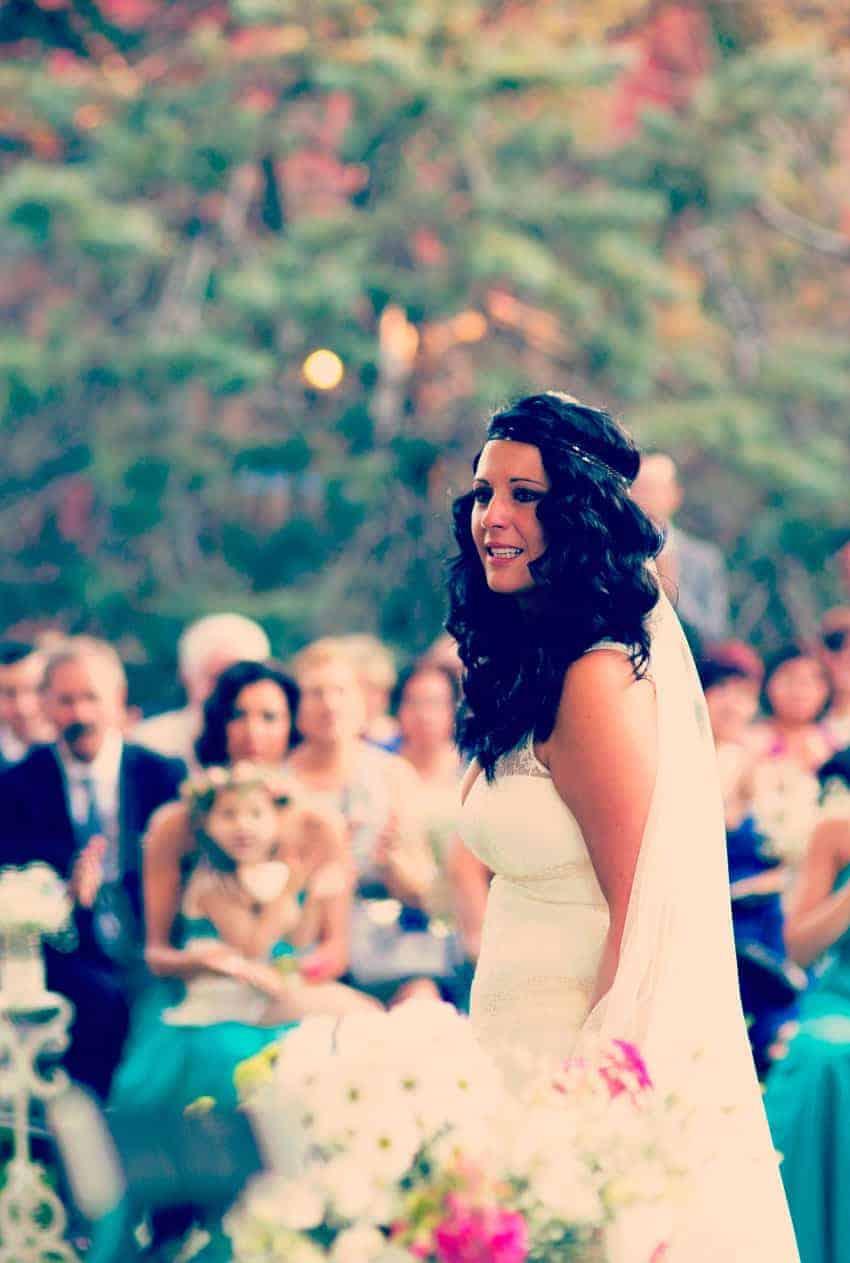 novia emocionada ondas pelo