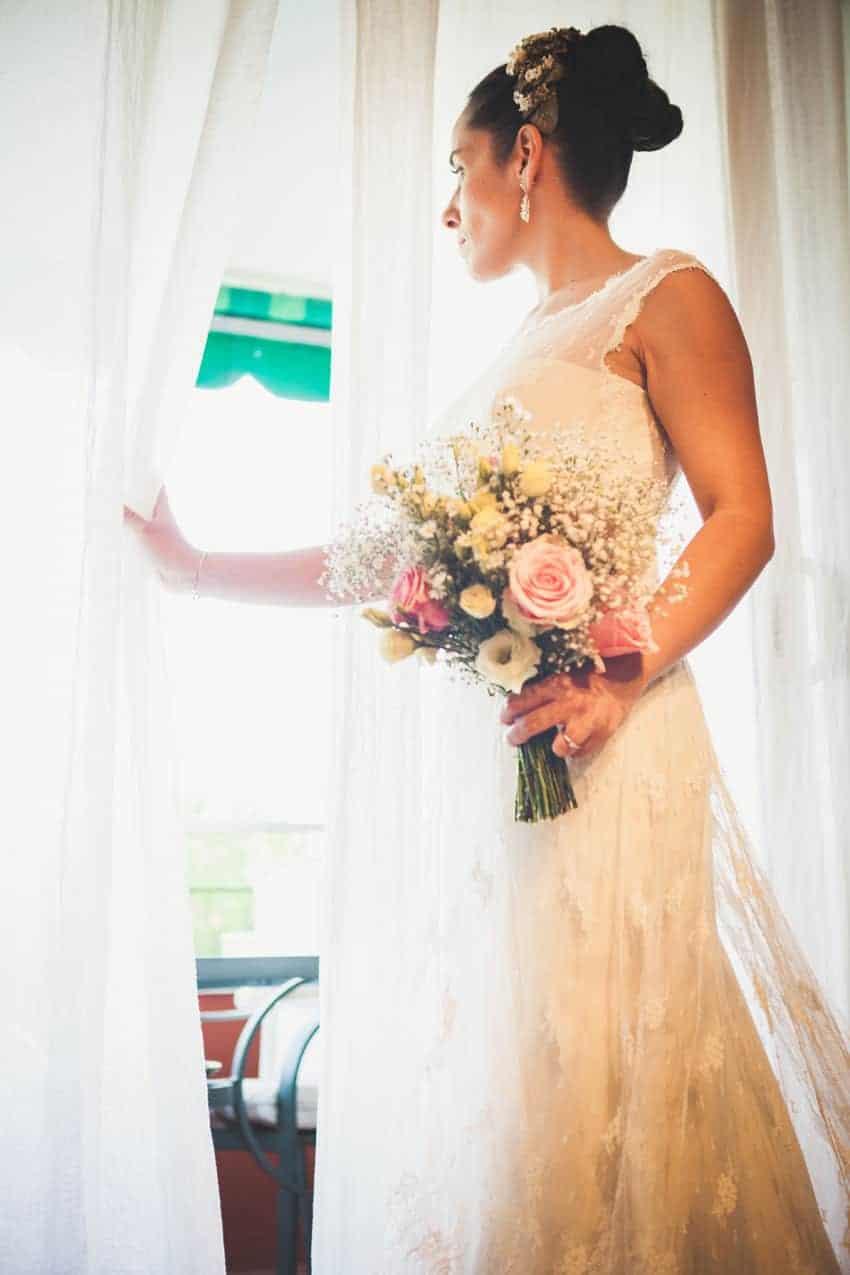 novia mirando ventana