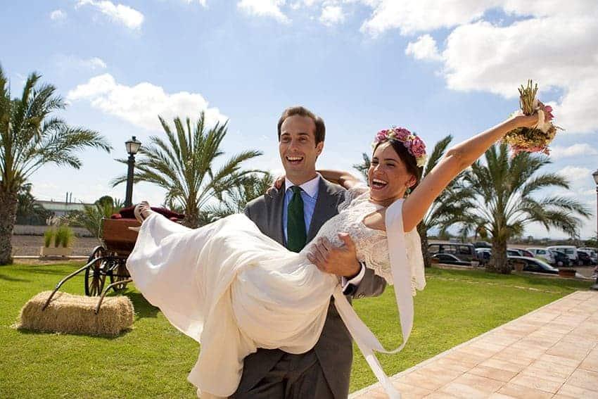 novios contentos boda foto de Claro Oscuro