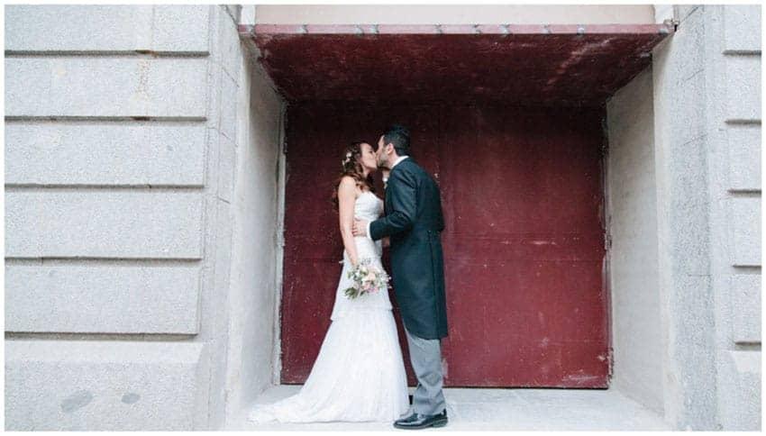 novios beso boda